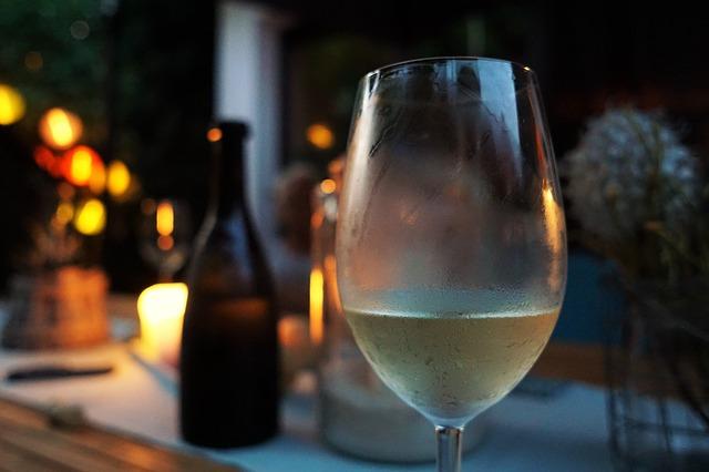 Vychlazené bílé víno