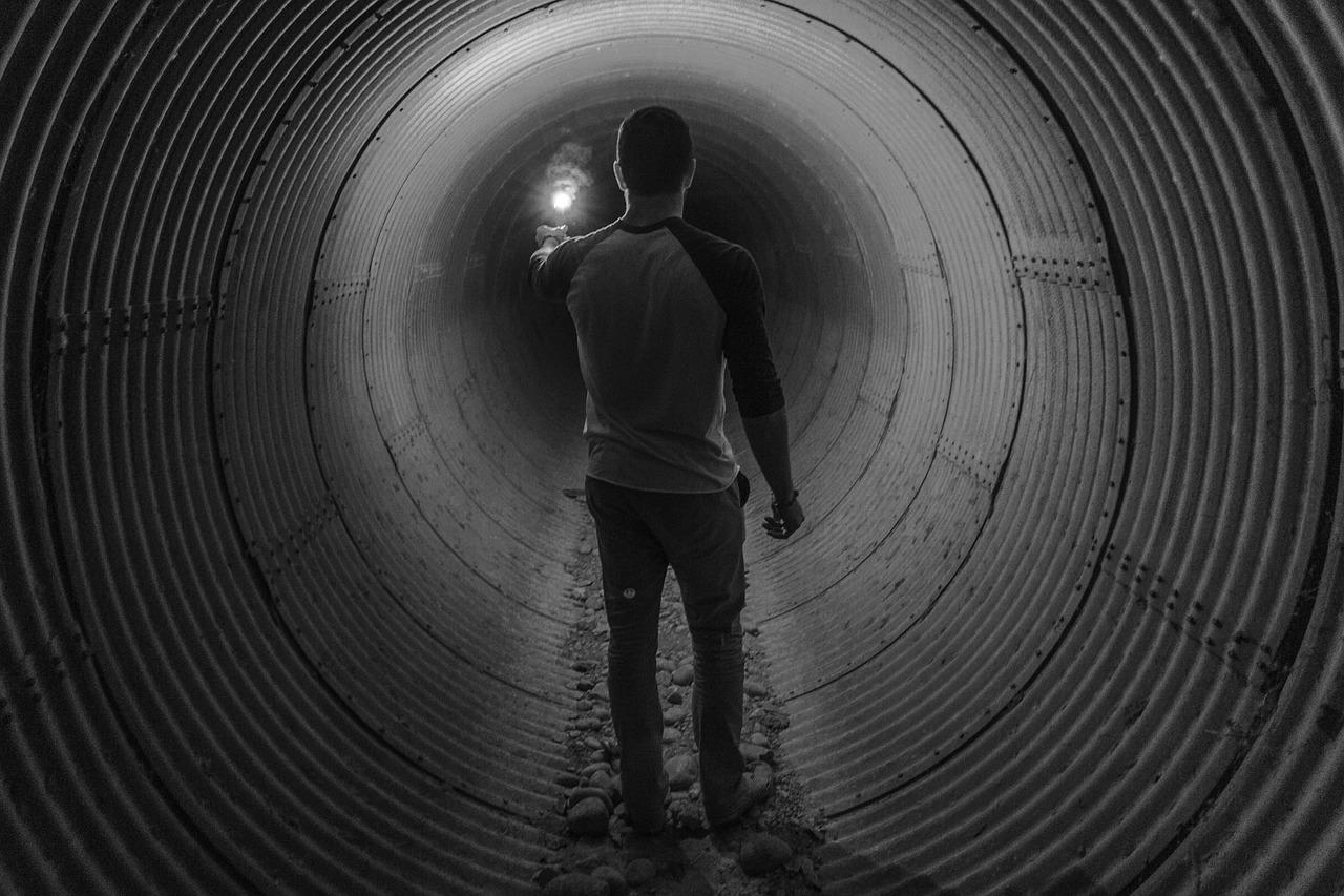 muž v kanalizaci